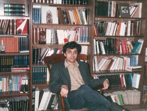 Petru Cardu  in biblioteca sa